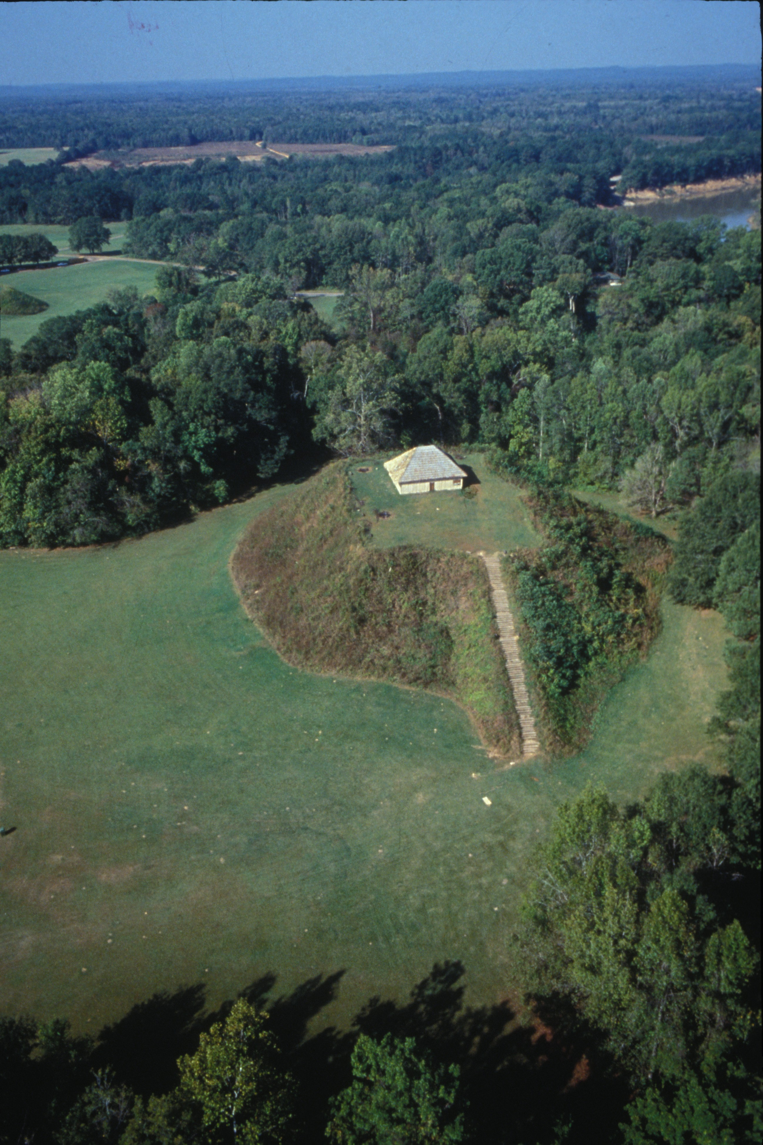 https://alabama-travel.s3.amazonaws.com/partners-uploads/photo/image/57869e694771c955d40000bb/aerial_view_of_mound_b___alabama_s_tallest_mound.jpg