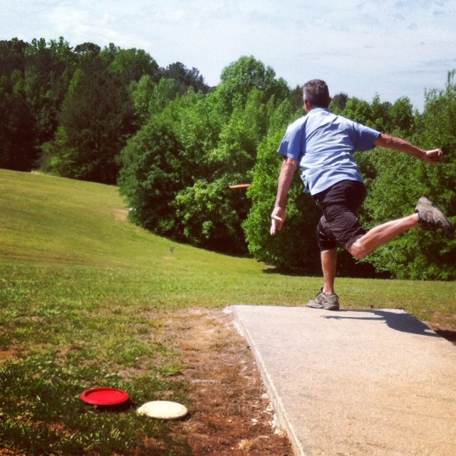 https://alabama-travel.s3.amazonaws.com/partners-uploads/photo/image/5796c8b8ac83f8367d000059/discgolf_player.jpg