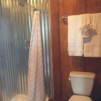 https://alabama-travel.s3.amazonaws.com/partners-uploads/photo/image/5b02eefdb9f1b2eeaf000038/bathroom.jpg