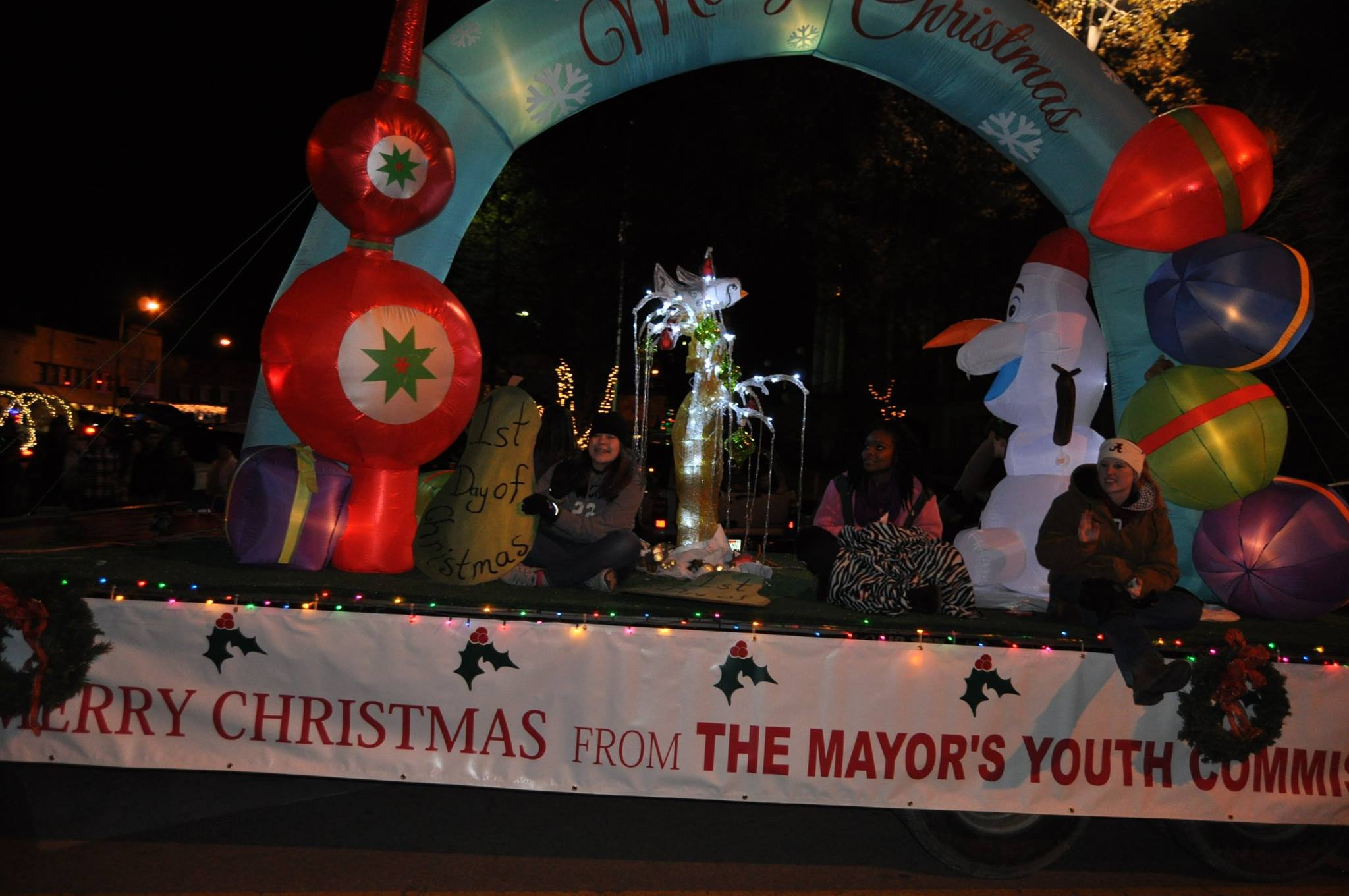 https://alabama-travel.s3.amazonaws.com/partners-uploads/photo/image/5b17f63724f239455600012b/athens_christmas_parade_mayor_youth_comm.jpg