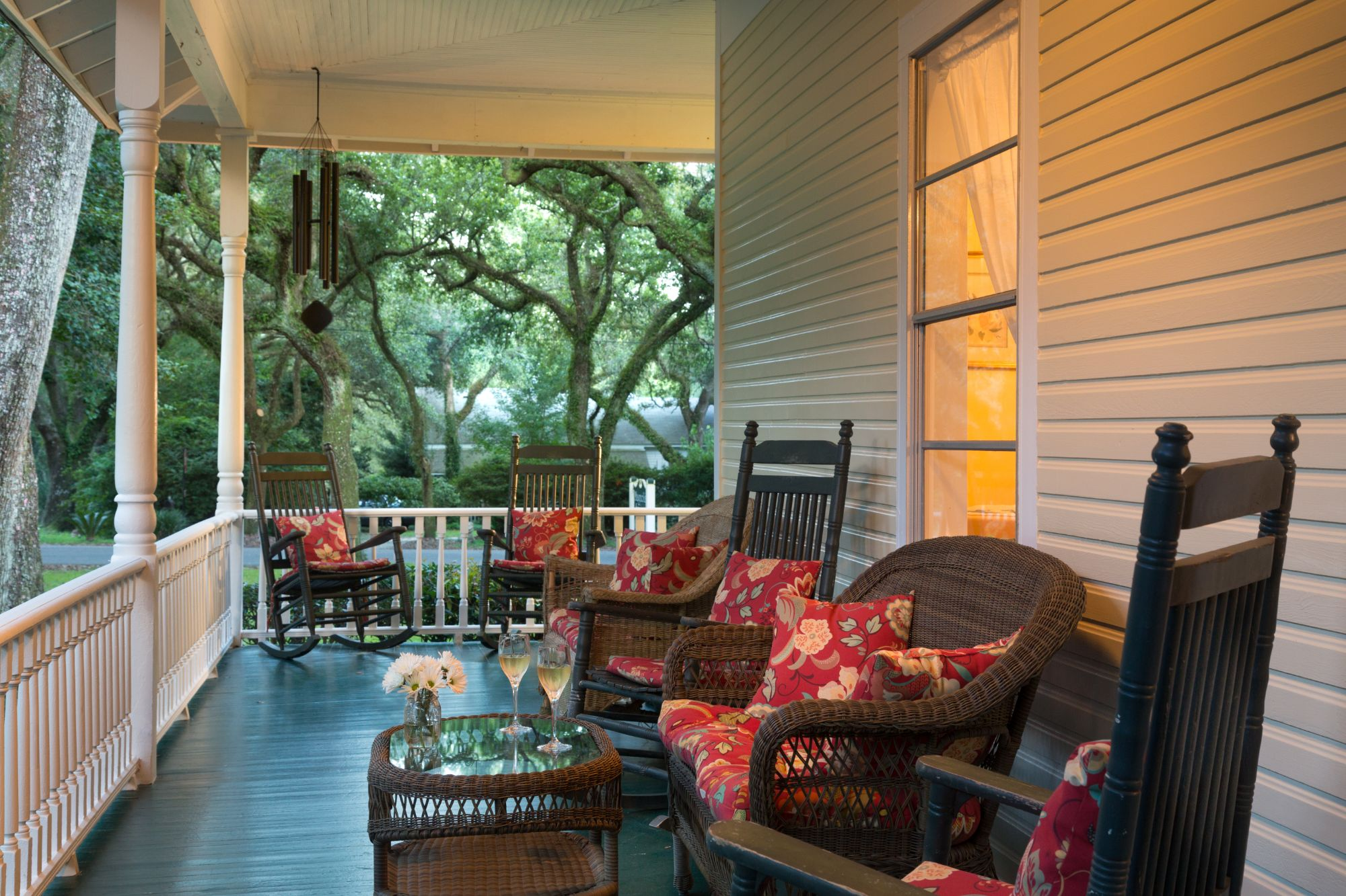 https://alabama-travel.s3.amazonaws.com/partners-uploads/photo/image/5ebda58943ec250008d8b156/4-magnolia-porch.jpg