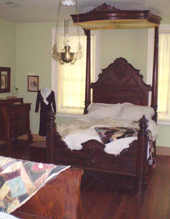 https://alabama-travel.s3.amazonaws.com/partners-uploads/photo/image/5f7222db70944b0007e3920d/Mallard bed in Bluff Hall.jpg